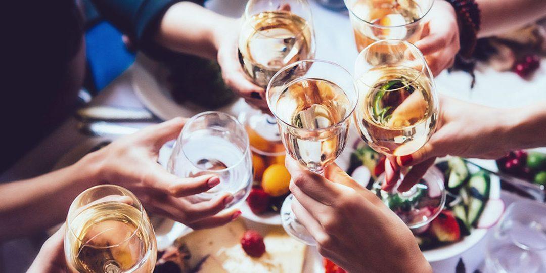 """Czy świąteczna impreza firmowa może być kosztem uzyskania przychodu? Obowiązki podatkowe """"benefit in kind"""" oraz składki NI."""