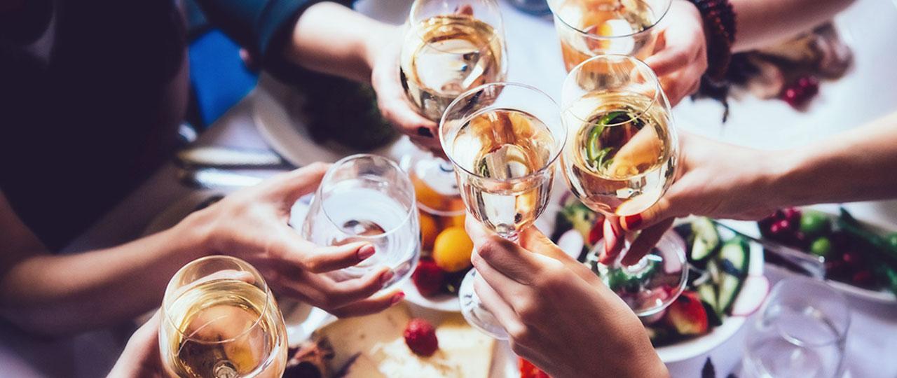 Czy świąteczna impreza firmowa może być kosztem uzyskania przychodu? Obowiązki podatkowe 'benefit in kind' oraz składki NI.